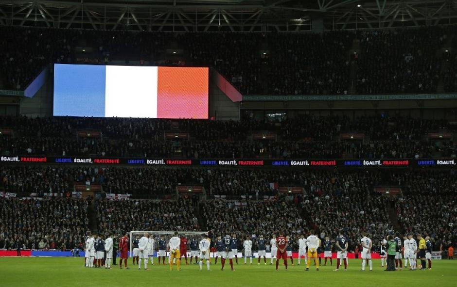 La bandera de Francia proyectada en la pantalla del estadio de Wembley. (Foto: AFP)