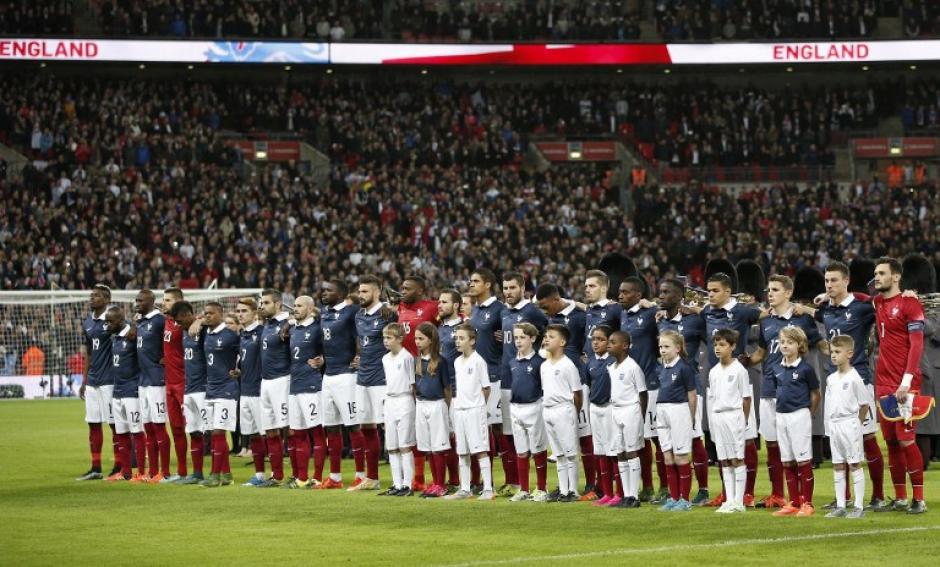 En el estadio de Wembley, los aficionados rindieron tributo a las víctimas de los atentados en París. Las dos selecciones entonaron la Marsellesa abrazados. (Foto: AFP)