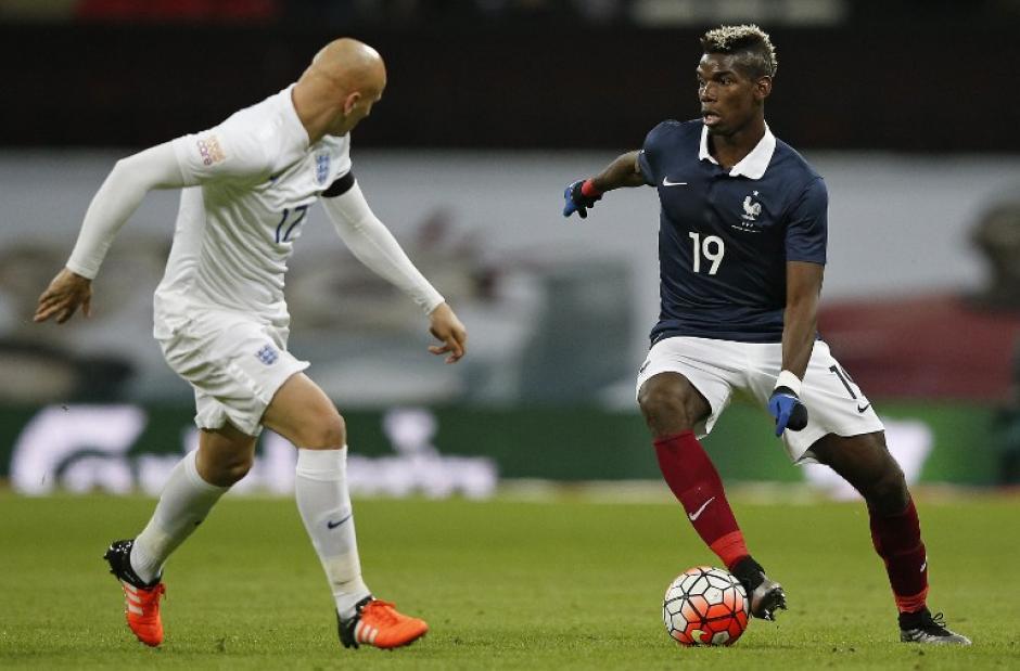Paul Pogba, de Francia disputa el balón ante el inglés Jonjo Shelvey. (Foto: AFP)