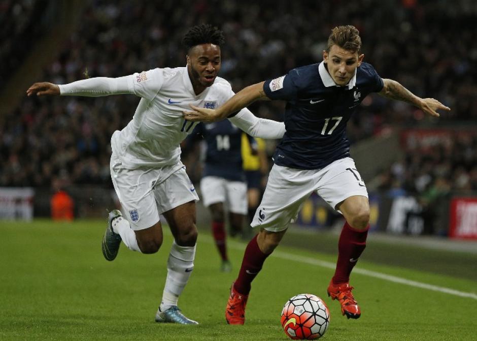 El mediocampista inglés Raheem Sterling disputa el balón con el defensa francés Lucas Digne, en el juego amistoso que ganó Inglaterra. (Foto: AFP)