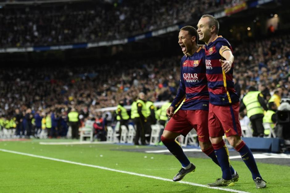 Iniesta celebró con Neymar su gol; el brasileño le asistió con un taco para la anotación. (Foto: AFP)
