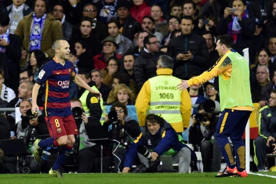 Leo Messi, entonces en la banca, se acercó para celebrar el gol con Iniesta. (Foto: AFP)