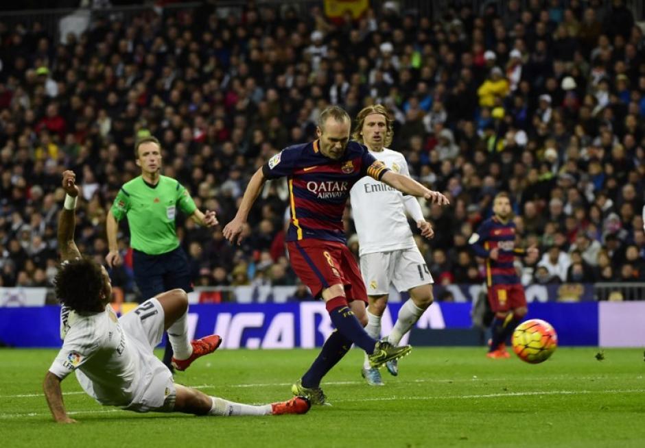 Pese a la barrida de Marcelo, Iniesta logró anticipar y lograr un gol de gran factura. (Foto: AFP)