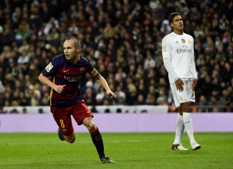 Iniesta se prepara para celebrar su gol. (Foto: AFP)
