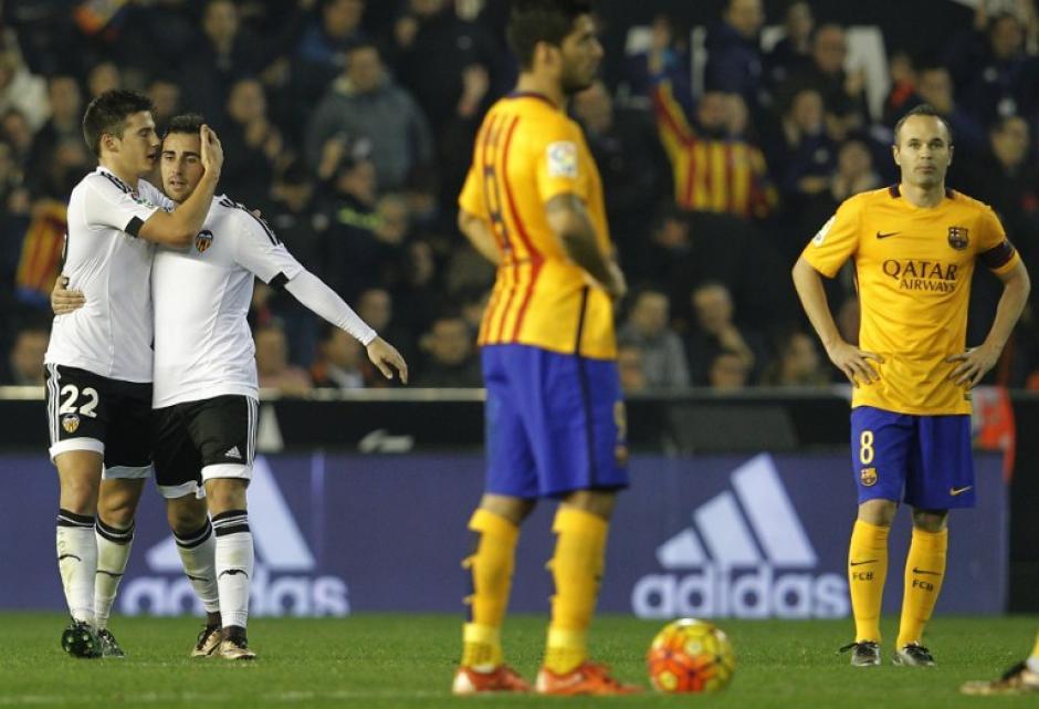 El Valencia anotó al final y salvó el empate en su estadio ante el Barcelona. (Foto: AFP)