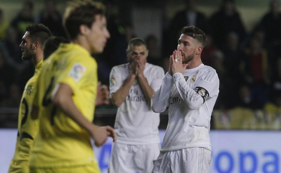 Ramos y sus compañeros se lamentan tras el pitazo final al perder contra el Villarreal. (Foto: AFP)