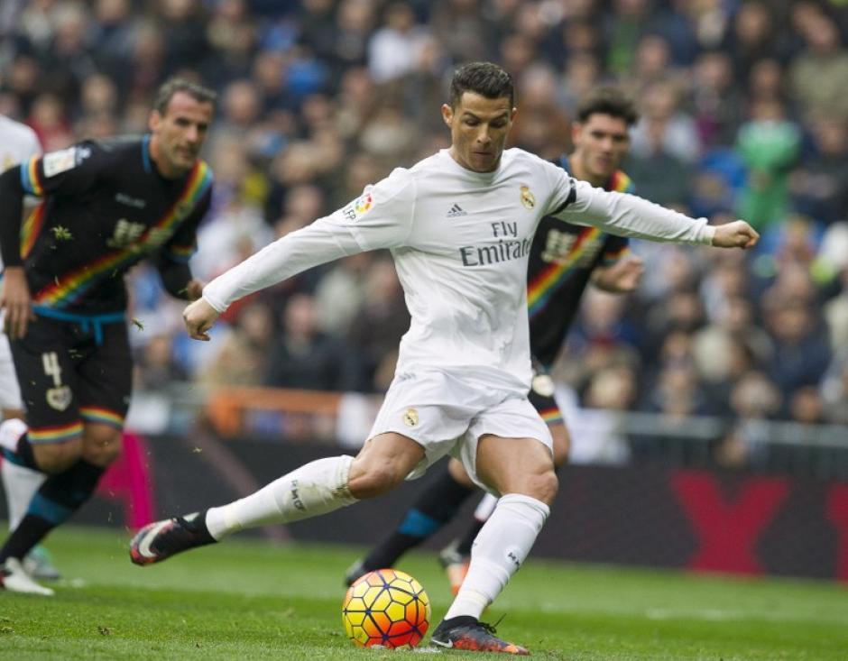 Cristiano Ronaldo marca el tercer gol del Real Madrid que pone el 3-2 transitorio en el partido contra el Rayo Vallecano. (Foto: AFP/Curto de la Torre)
