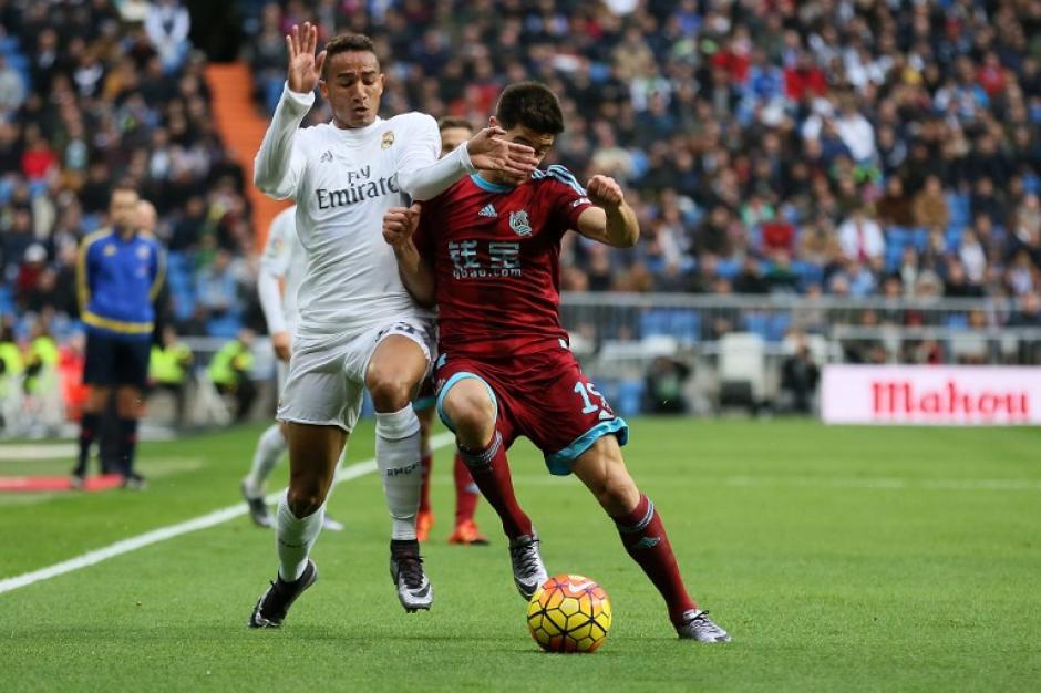 El defensa del Real Madrid Danilo disputa el balón aYuri Berchiche durante el juego contra la Real Sociedad correspondiente a ladecimoséptima jornada de Liga de Primera División. (Foto: AFP/CESAR MANSO)