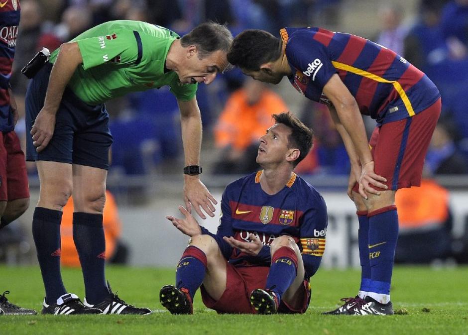 Messi se quejó de las entradas fuertes de los rivales que lo tuvieron acorralado todo el tiempo. (Foto: AFP)