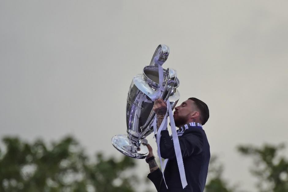 Ramos besa la copa de Europa, la undécima conseguida por los merengues. (Foto: AFP)