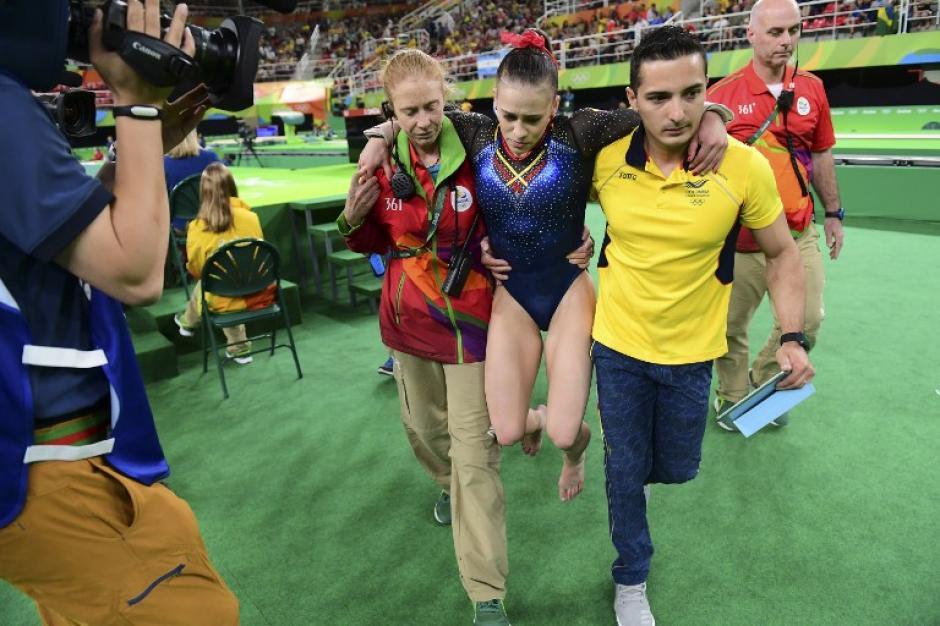 En la caída de uno de sus saltos sufrió dos esguinces (AFP)