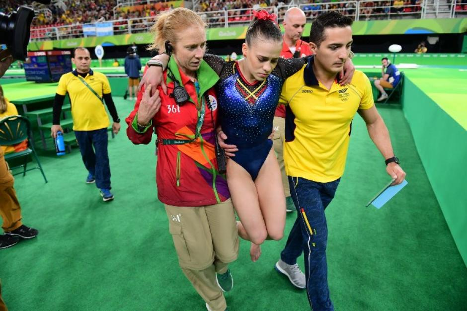 Así tuvo que salir Catalina Escobar del pabellón (AFP)