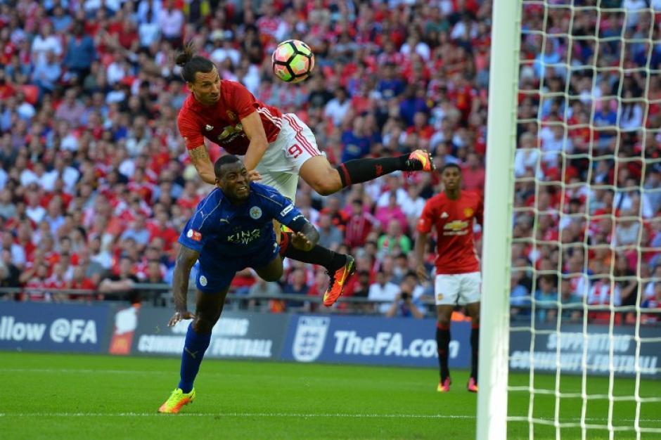 Así fue el cabezazo de Ibra que terminó en gol (Foto: AFP)