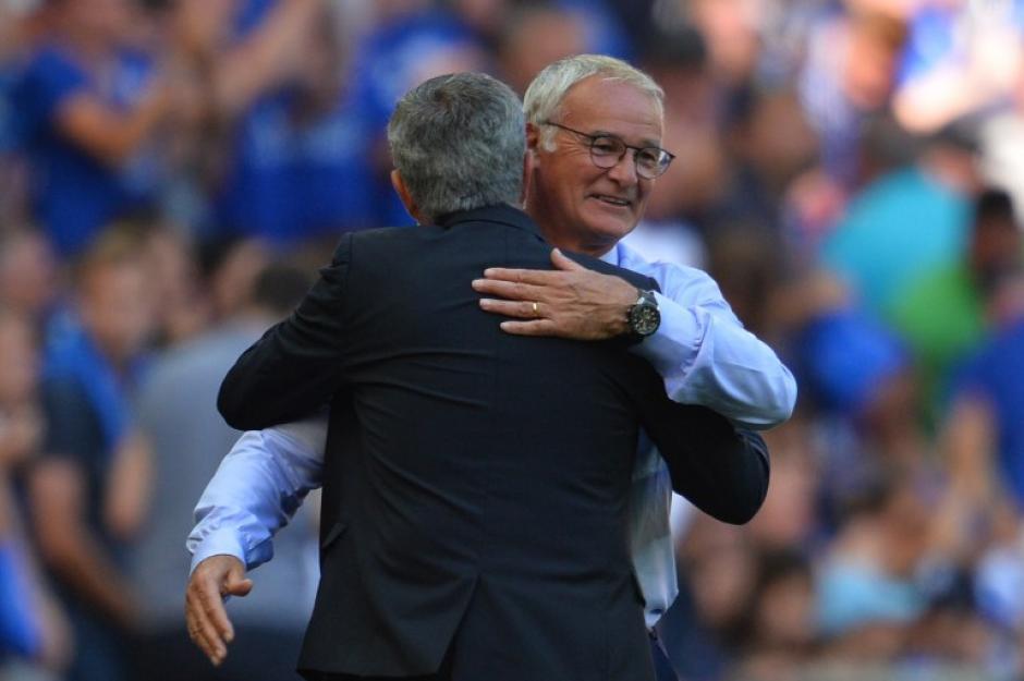 Saludo entre Ranieri y Mourinho después del partido Foto: (AFP)