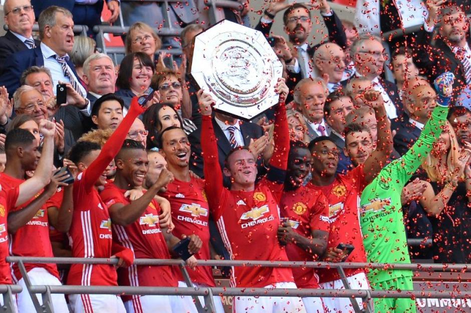 Así levantó Wayne Rooney el trofeo (Foto: AFP)
