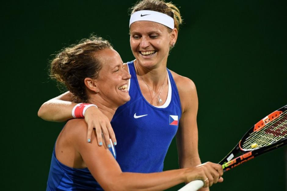 Las checas Safarova y Strycova les ganaron a las estadounidenses (Foto: AFP)