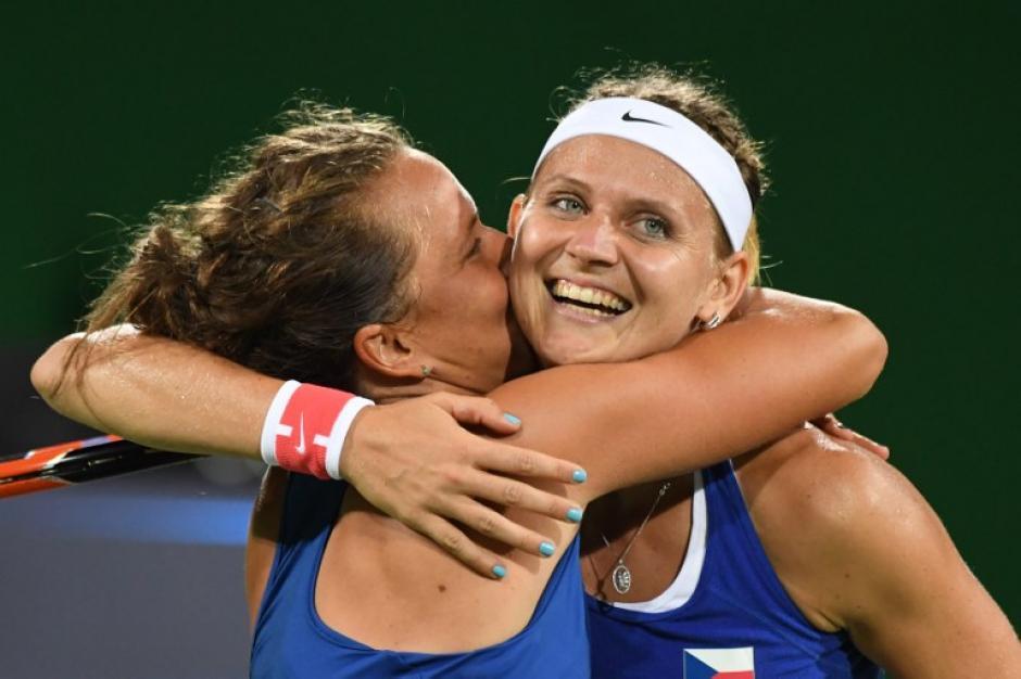 Las checas se abrazan después de ganar (Foto: AFP)