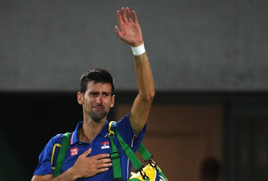 Novak Djokovic lloró desconsoladamente después de caer en Rìo. (AFP)