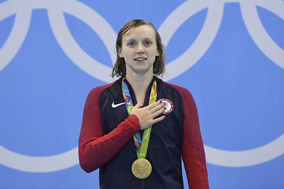 Katie Ledecky con su medalla de oro. (AFP)