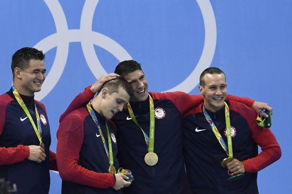 Su equipo de relevos 4x100 se coronó en la piscina. (AFP)