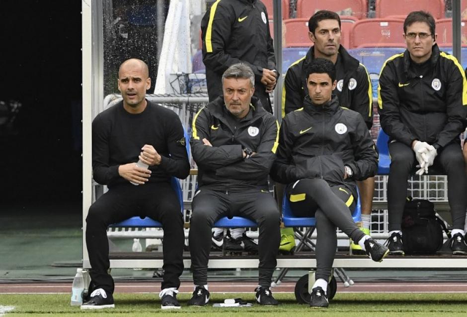 Pep Guardiola tiene un nuevo defensa central. (Foto: AFP)