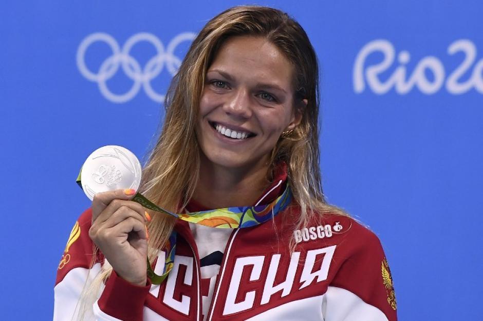 A pesar del amargo momento, la nadadora subió al podio para imponer su estilo. (Foto: AFP)