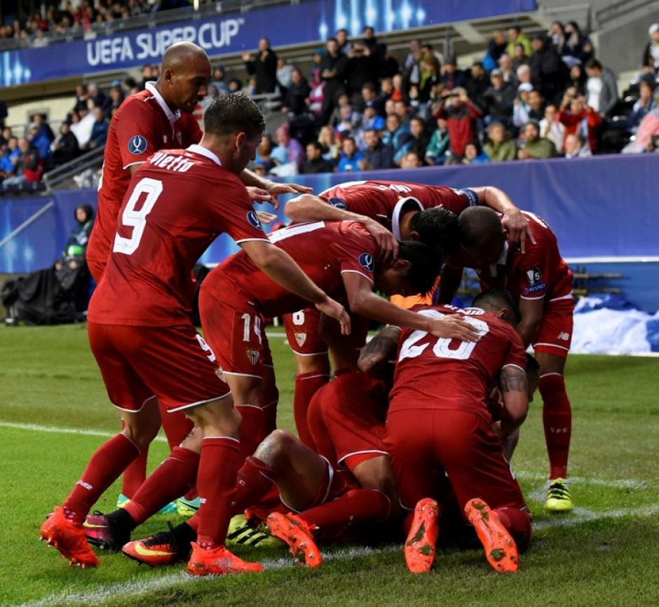 Así celebraron los sevillistas el empate al borde del descanso. (AFP)
