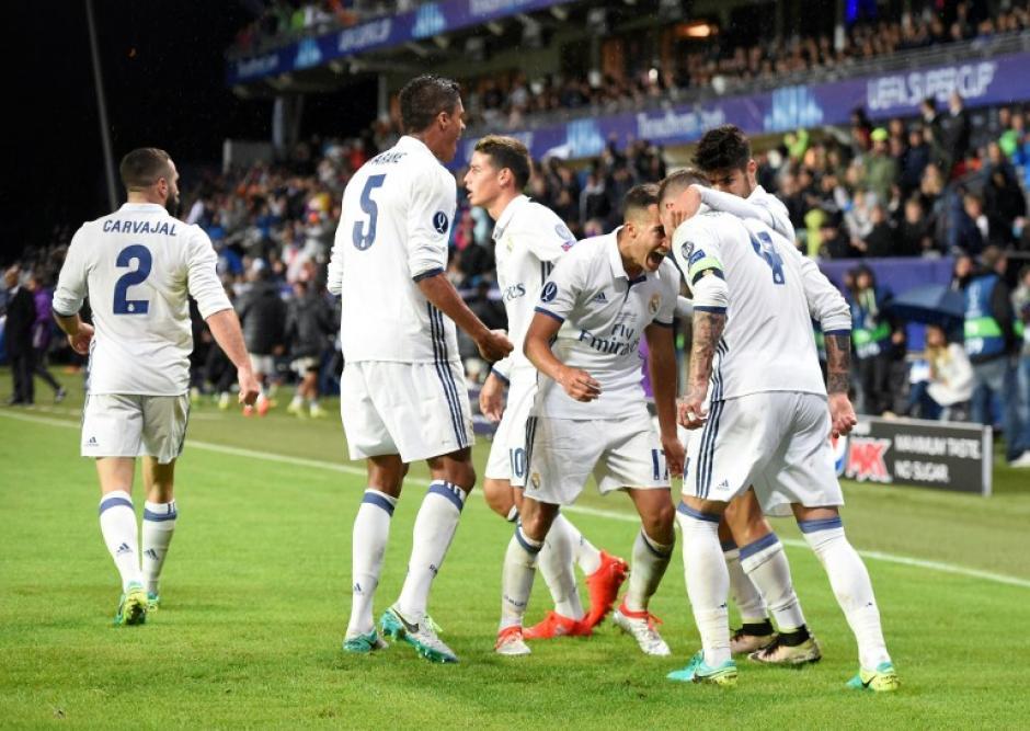Los merengues celebran el gol de Ramos que envió el partido a tiempo extra. (AFP)