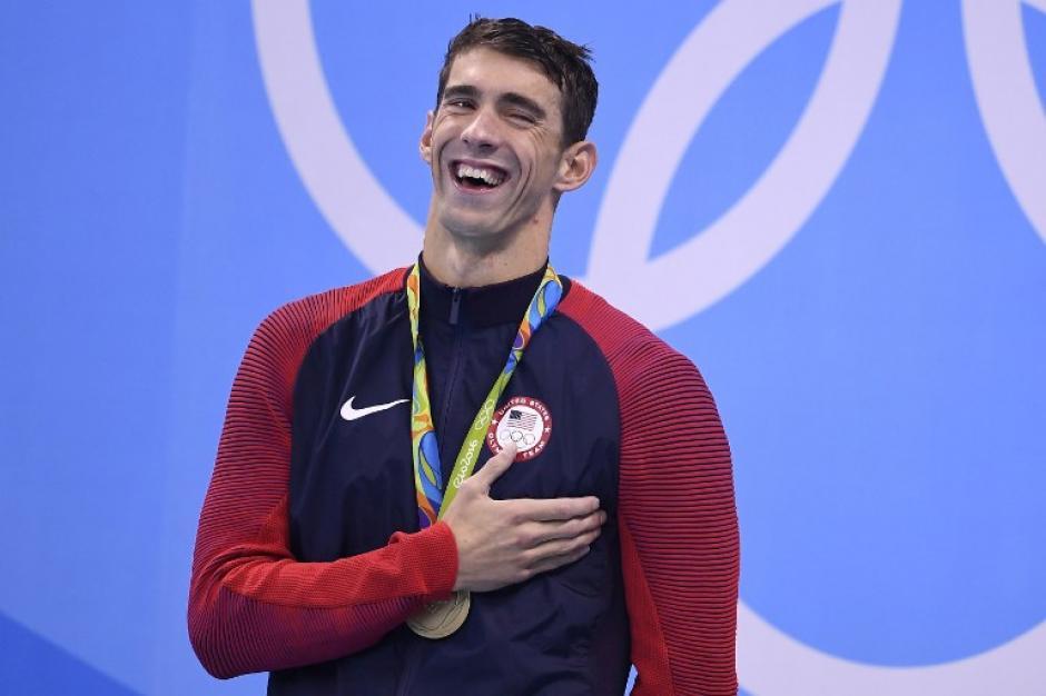 Phelps ríe en el podio por las bromas de sus amigos que estaban en el público. (AFP)
