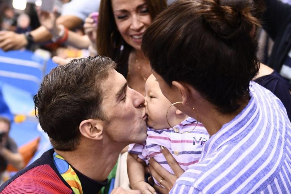 El nadador fue a besar a su bebé recién nacido después de ganar. (AFP)