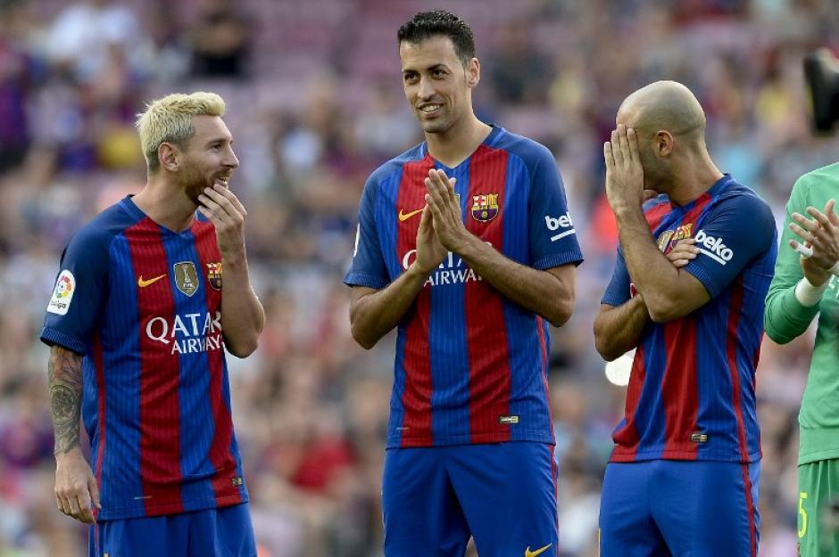El argentino es uno de los cuatro capitanes; a la derecha, Iniesta. (Foto: AFP)