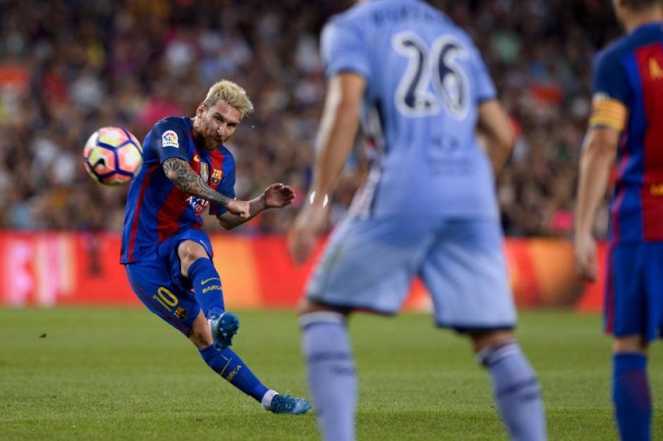 Y el tercero también fue de Leo, un golazo de tiro libre. (Foto: AFP)