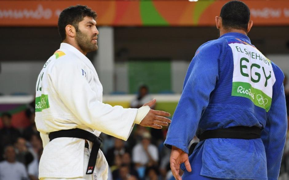 Or Sasson fue a estrecharle la mano a su rival, pero él no qui0so.  (Foto: AFP)