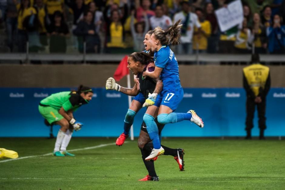 Las jugadoras celebran con su heroína. (Foto: AFP)