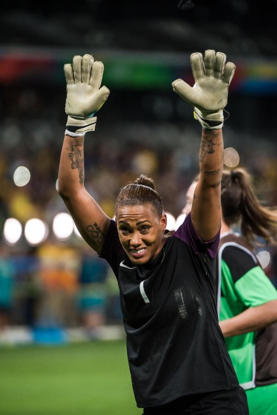 La portera brasileña detuvo dos penales decisivos. (Foto: AFP)