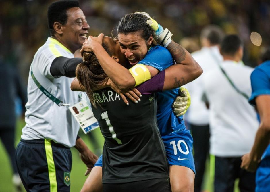 """Marta celebra con Bárbara, quien le """"salvó el pellejo"""". (Foto: AFP)"""