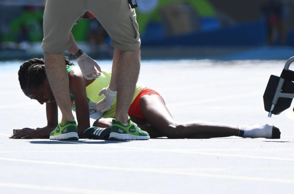 Una caída provocó que perdiera el zapato. (Foto: AFP)