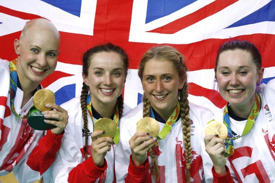 Joanna con sus compañeras de equipo en el podio de Río. (Foto: AFP)
