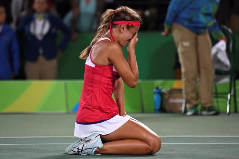 La joven de 22 años lloró sobre la pista. (Foto: AFP)