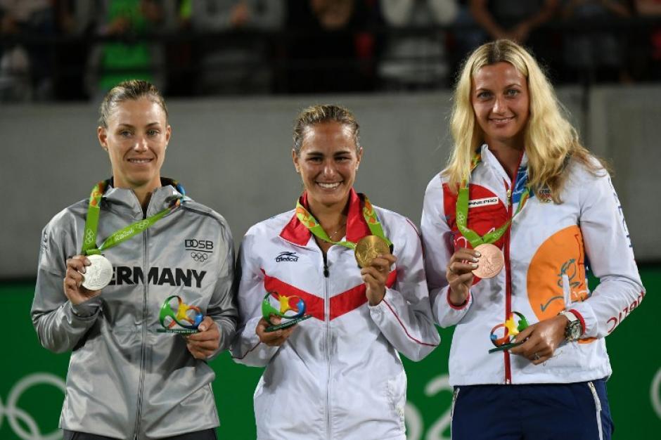 Mónica Puig con Angelique Kerber y Petra Kvitova. (Foto: AFP)