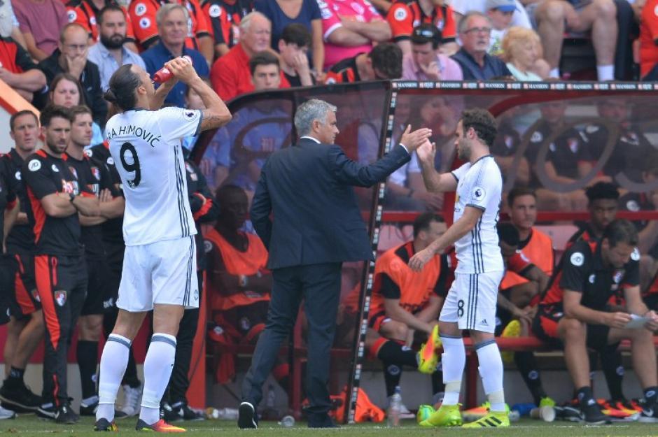 Mourinho felicita al español, que fue titular. (Foto: AFP)