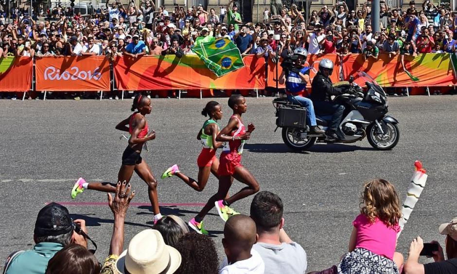 Los últimos dos kilómetros fueron clave para su victoria. (Foto: AFP)