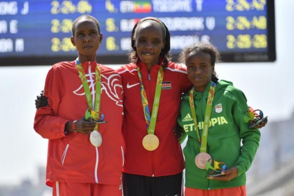 El podio, con Eunice Kirwa de Bahreín y Mare Dibaba de Etiopía. (Foto: AFP)