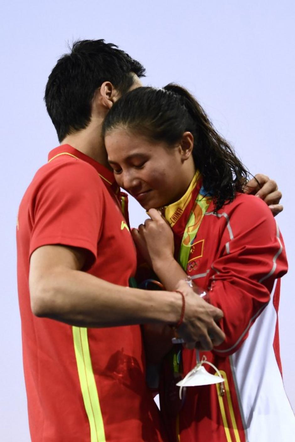 He Zi acababa de ganar la plata cuando su novio se acercó por sorpresa. (Foto: AFP)