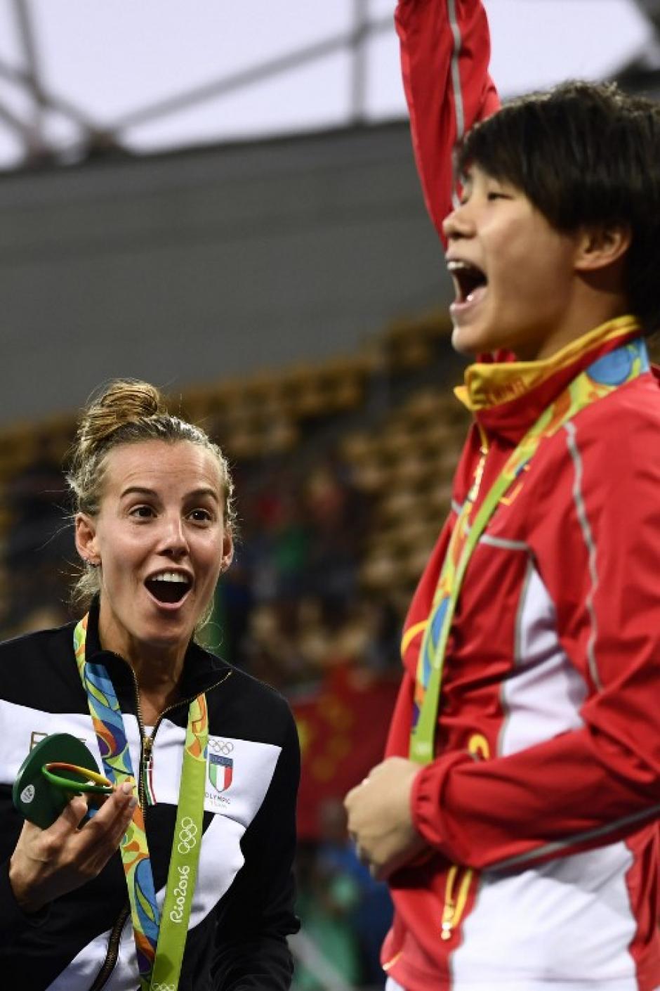 Sus compañeras en el podio no lo podían cree.r (Foto: AFP)