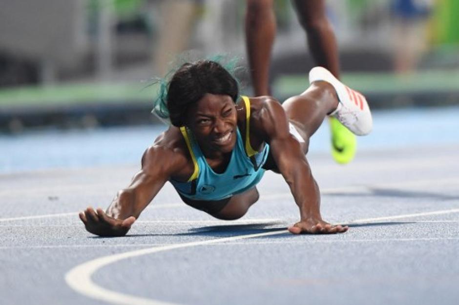 La bahamesa Shaunae Miller se lanzó a la línea de meta. (Foto: AFP)