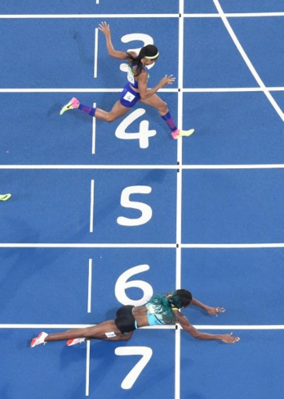 Sus hombros entraron primero y según las reglas, eso le dio el oro a Miller. (Foto: AFP)
