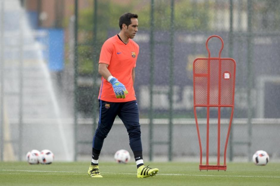 Claudio Bravo está cerca de salir del Barcelona. (Foto: AFP)