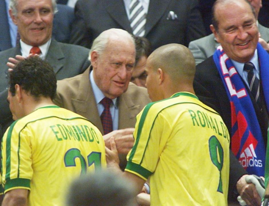 El expresidente de la FIFA consoló a los brasileños después de perder el Mundial 98. (Foto: AFP)