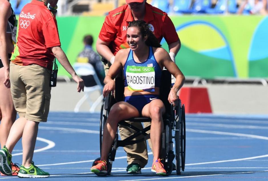 Abbey D'Agostino fue retirada de la competencia en silla de ruedas tras tropezar con otra competidora. (Foto: AFP)